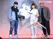 魏如昀2019全新單曲「深愛著」發布記者會,新品牌合作夥伴于京延、陳彥奇贈禮祝福。(記者林士傑/攝影)