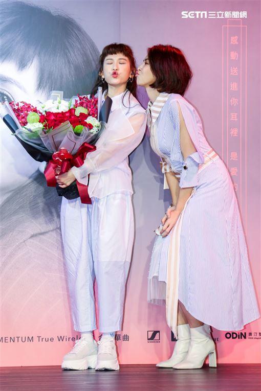 魏如昀2019全新單曲「深愛著」發布記者會,特別來賓曾佩慈出場送禮。(記者林士傑/攝影)