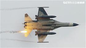 漢光演習國軍IDF戰機實施空中掩護施放熱焰彈。(記者邱榮吉攝影)