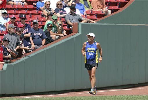▲波士頓馬拉松賽事總監戴夫麥吉利夫雷(Dave McGillivray)跑過芬威公園。(資料照/美聯社/達志影像)