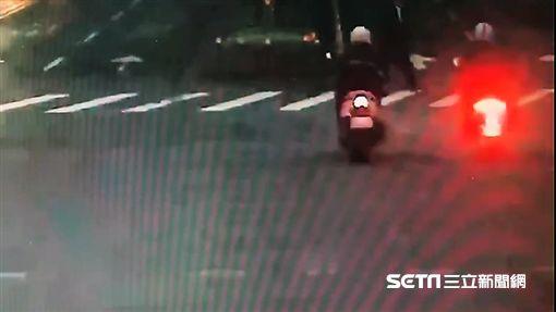 台北市不孕症中醫師陳俊明穿越馬路遭機車撞飛而亡(翻攝畫面)