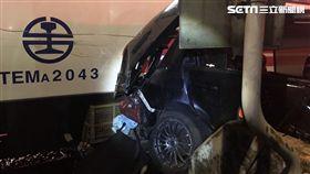 快訊/普悠瑪相撞自小客車…駕駛卡車內 圖翻攝畫面