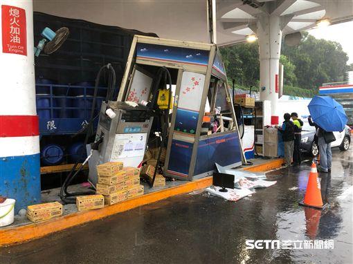 苗栗貨車司機撞加油站/翻攝畫面