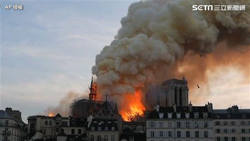 巴黎聖母院大火 尖塔倒塌瞬間/AP授權