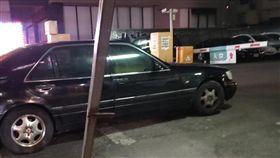 黑色賓士名車「大水牛」停停車場入口/翻攝自臉書爆料公社