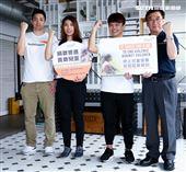 蔡阿嘎與理科太太、理科先生、世界展望會會長參加台灣世界展望會宣導活動。(記者林士傑/攝影)