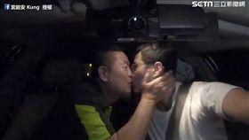 父子溫馨一吻。(圖/宮能安 Kung臉書授權)