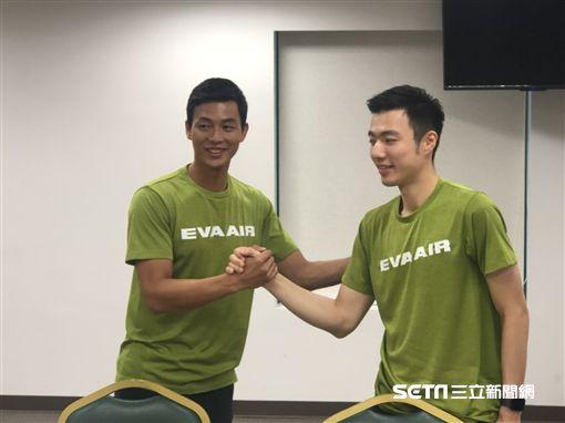 ▲盧彥勳(左)力邀王子維一同報名參加。(圖/記者劉忠杰攝影)