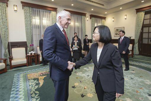 蔡英文總統16日下午接見「美國在台協會」(AIT)主席莫健(James Moriarty)。(圖/總統府提供)