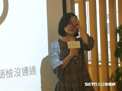陳惠琪說,女兒小淨出生時確診右耳聽損,令其不敢置信,現在回想起來仍不禁難過落淚。(圖/記者楊晴雯攝)
