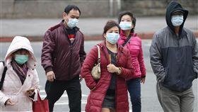 防流感 民眾進出醫院戴口罩受強烈大陸冷氣團影響,26日各地氣溫下降,流感病毒活躍,不少進出台大醫院的民眾戴上口罩預防流感。中央社記者吳翊寧攝 108年1月26日