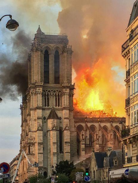 火燒法國巴黎聖母院/維基百科