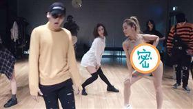 WINNER的練舞影片後面肉色衣女舞者(右三)太過火辣搶眼。(圖/翻攝自YouTube)