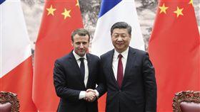 馬克宏訪北京  與習近平共見媒體中國國家主席習近平(右)9日在北京人民大會堂與法國總統馬克宏(左)舉行會談。出席合作文件簽字儀式後,兩人共同會見中外媒體。(中新社提供)中央社  107年1月9日