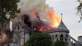 巴黎地標「聖母院」遭大火重創!(圖/翻攝自推特)https://twitter.com/romico88/status/1117919648660504576