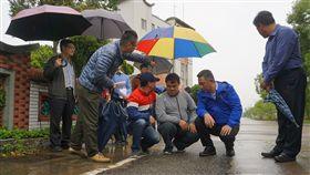 金門縣長楊鎮浯(右2)16日視察道路路平專案,在金山路和平社區前了解情況,並表示縣府、工務處一直在關注路平問題,他保證,「提供鄉親好的道路品質是我們的責任」。中央社記者黃慧敏攝 108年4月16日