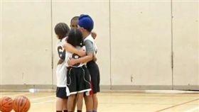 5歲籃球男孩「抱成一團」打氣 暖心瞬間老爸嘆:值得大人學習 (圖/翻攝自@gurpreetdhillon Twitter)