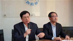 移民署入出國事務組副組長林貽俊(右