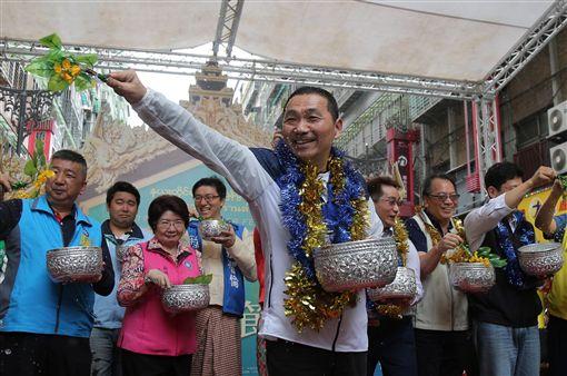 新北市長侯友宜(前)14日出席「新北市潑水節」活動,與緬甸高僧進行灑淨儀式,為民眾祈福。中央社記者王鴻國攝 108年4月14日