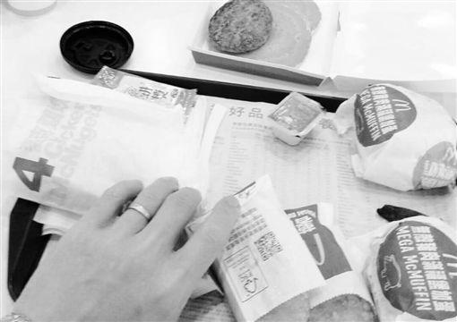 殯葬業男暖買麥當勞給女童/翻攝自臉書靈異公社