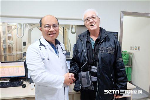 經醫師徐仁德(左)施以器械取栓術後,患者沈先生(右)腿部消腫復原,令其十分感激。(圖/羅東博愛醫院提供)