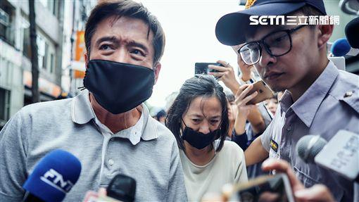 《我們與惡的距離》檢場(左1)、謝瓊煖(中)演出槍殺案殺人兇手的父母,現身道歉大批媒體搶拍。(圖/公視提供)