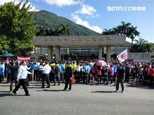 傅崐萁出獄,大批民眾到場迎接(圖/翻攝畫面)