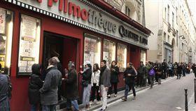 4月中旬的巴黎還有春寒,擋不住巴黎人對台灣電影的好奇,在拉丁區舉辦的台灣電影節,首日吸引許多人排隊觀影。催生這項電影節的正是兩名台灣年輕電影人。中央社記者曾依璇巴黎攝 108年4月15日