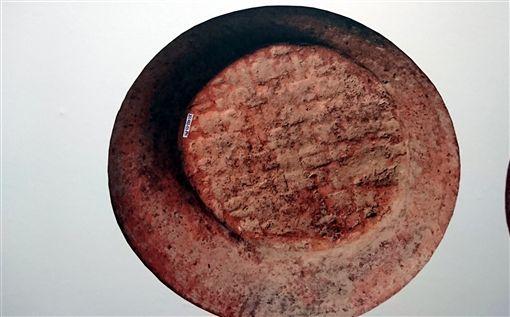 卑南遺址出土的「蓆印紋陶片」,陶蓋底帶有蓆印紋,也就是編織品的遺痕,證明距今3000年前的卑南遺址人類應有編蓆或編織器物的技術。中央社記者盧太城台東攝 108年4月17日