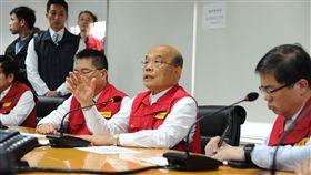 行政院蘇貞昌18日下午前往中央災害應變中心了解地震相關應變作為。(圖/行政院提供)