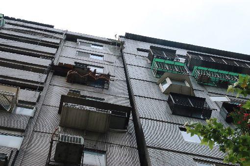 北市信義路一棟大樓傾斜 無立即危險(2)花蓮縣18日下午發生強震,全台有感,台北市信義路四段一棟大樓震後被發現向右傾斜在隔壁大樓上,經鑑定認定並無立即危險。中央社記者蕭博文攝 108年4月18日