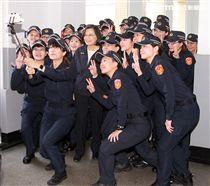 蔡英文總統與新式女警便服自拍合影。(記者邱榮吉/攝影)