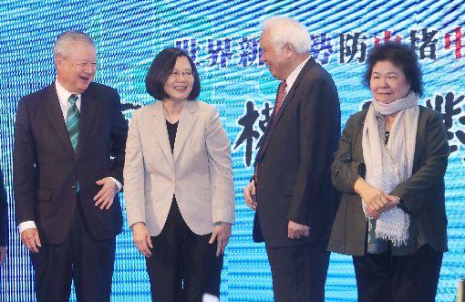 陳菊陪蔡總統出席獨派團體餐會總統蔡英文(左2)18日晚間在台北出席「台灣國家聯盟餐會」,爭取獨派支持,總統府秘書長陳菊(右)也陪同。中央社記者裴禛攝 108年4月18日