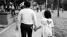 父女,爸爸,女兒,牽手(示意圖/攝影者Formosa Dog, Flickr CC License)https://www.flickr.com/photos/formosa-dog/5624472242
