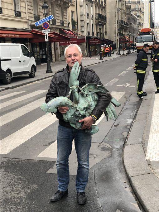 巴黎人淚崩!聖母院塔頂「聖雞」奇蹟存活,神聖風向雞(圖/翻攝自Jacques CHANUT推特)
