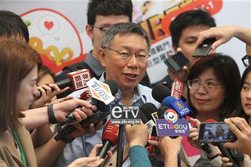 台北市長柯文哲(前中)18日說,大彎北段商業宅是歷史共業,還是要合法化,不能永遠讓法律與現實脫節。中央社記者徐肇昌攝 108年4月18日
