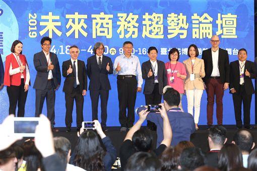 台北市長柯文哲(後左5)18日在台北出席2019 Future Commerce 未來商務展開幕典禮,與來賓合影留念。中央社記者徐肇昌攝 108年4月18日