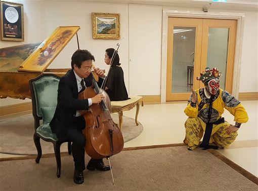大提琴家張正傑(左)去年摔車導致左手腕骨折,開刀後他不斷復健、針灸,更把拉琴當復健,為的就是要能繼續上舞台演出。中央社記者鄭景雯攝 108年4月16日