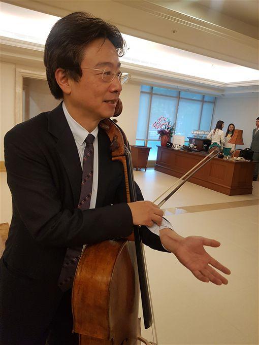 大提琴家張正傑去年在奧地利騎單車,不慎摔車導致左手腕骨折,他靠拉琴復健,至今左手腕仍有一道長長的疤痕,5月將在台北國家音樂廳演出。中央社記者鄭景雯攝 108年4月16日