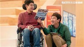 《完美搭擋》中申河均(左)飾演一個肢障人士、李光洙(右)則飾演一位智障人士。(圖/采昌國際多媒體提供)