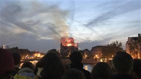 ★火光蠶食聖母院  巴黎人無語凝視痛在心巴黎聖母院起火時,周圍人行道、橋上、河堤邊站滿許多人,神情肅穆、不發一語地看著火光與濃煙侵略這座存在超過850年的歷史建築。中央社記者曾依璇巴黎攝  108年4月15日