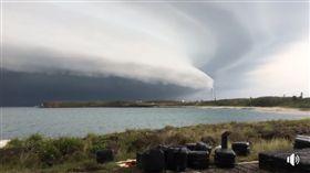 影/颮線接近!澎湖突現巨大雲層 網見奇景驚:飛碟來了 澎湖超級大網聚臉書