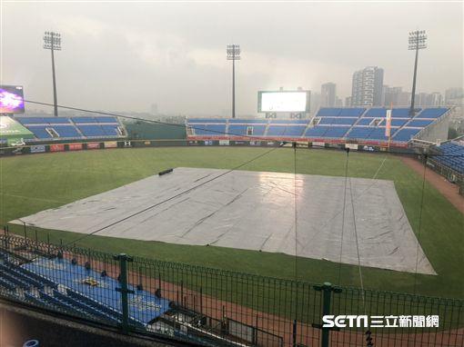 ▲中華職棒桃園棒球場因雨延賽。(圖/記者劉忠杰攝影)