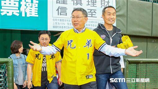 中華職棒天母首戰,台北市長柯文哲開球前練投。(圖/記者林士傑攝影)