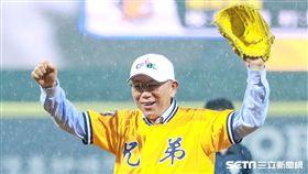 中華職棒天母首戰,台北市長柯文哲淋雨開球。(圖/記者林士傑攝影)