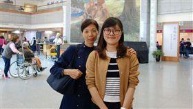 被通知骨髓配對成功 她從日本飛回台灣救人在日本進修的李依純(右),大學期間已完成骨髓捐贈驗血建檔,去年底接獲家人轉達骨捐配對成功的消息,她今年初特別飛回台灣,完成骨髓捐贈救人的心願。中央社記者江俊亮攝 108年4月19日