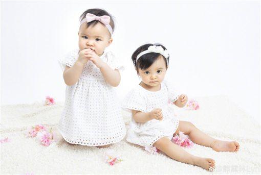 熊黛林雙胞胎女兒滿1歲了! PO照慶生…網一看「長得不一樣」(圖/微博)