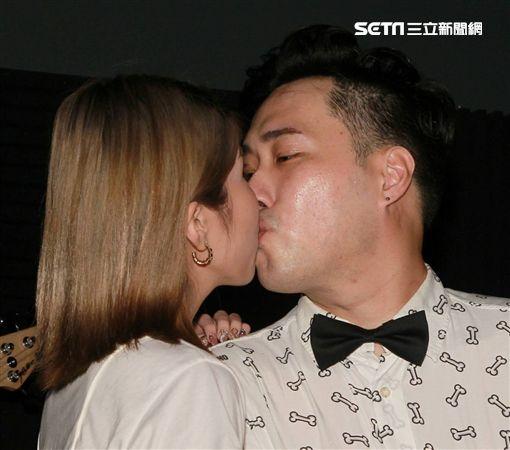 余祥銓開唱激吻女友。(圖/記者邱榮吉攝影)
