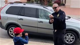 紙炮,生日,兒子,驚喜,槍,美國,下體,GG,表情,拿反,警察 圖/翻攝自YouTube