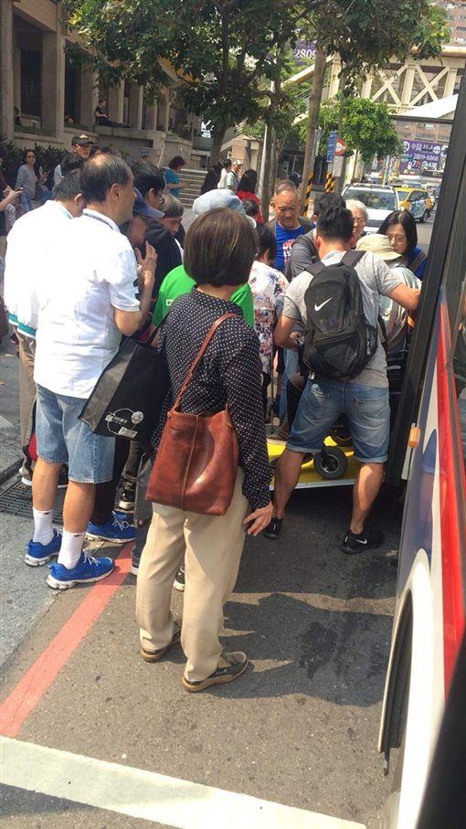 756線公車司機陳文慶,暖心協助身障人士上下車。(圖/翻攝自Dcard)